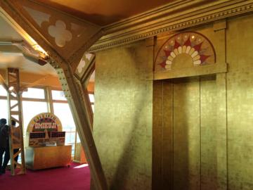 金ピカの展望台